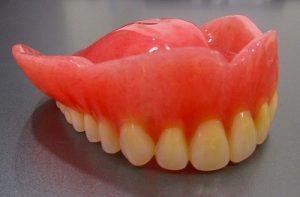 入れ歯の人工歯(じんこうし)は様々なタイプがあるんです。
